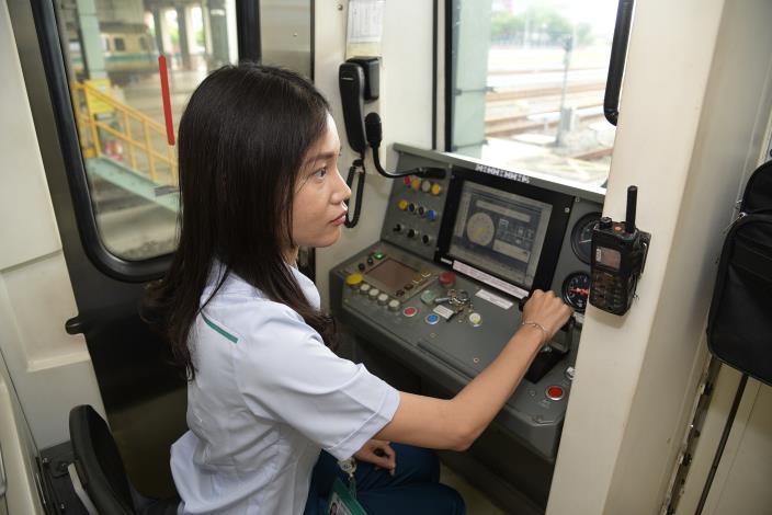 葉俐岑說,這份工作最有成就感的事情,就是能夠將旅客順利送達目的地,親朋好友還為此想要搭乘自己駕駛的列車到處遊玩。.JPG