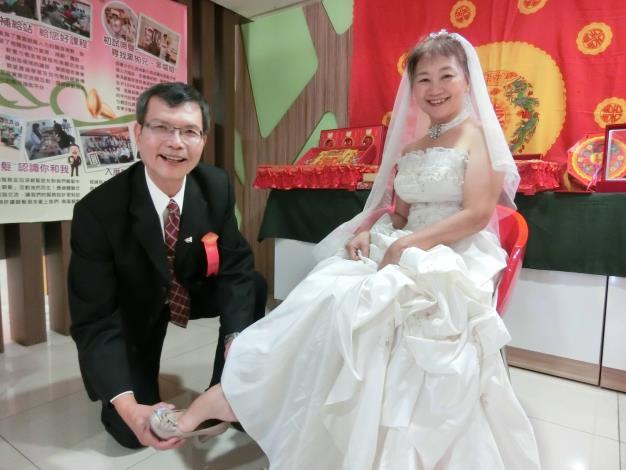 扮演新郎、新娘的銀髮學員陳春興(左)與李秋菊(右),在現實生活中就是夫妻,他們相約未來一起從事婚俗顧問,開創職場第二春。.JPG