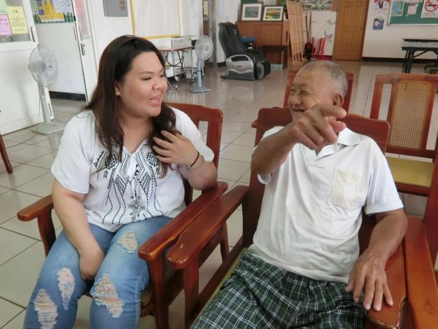 八年級生劉雅(左)經勞動部澎湖就業中心協助任居服員,心思細膩的她,搏得長輩歡心。.JPG